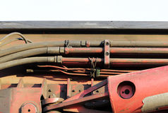 węże elastyczni i tubki hydrauliczny system od maszyny ciężkie - maszyna młotkować stosy w budowy drogowym złączu w M Obrazy Stock
