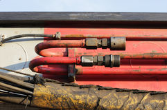 węże elastyczni i tubki hydrauliczny system od maszyny ciężkie - maszyna młotkować stosy w budowy drogowym złączu w M Zdjęcie Stock