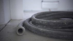 Węże elastyczni przy dnem budowa w domu przy ziemią zbiory wideo