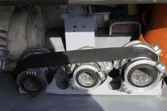 Węży elastycznych adaptatory wspinający się w samochodu strażackiego przedziale fotografia stock