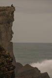 Wędkarz przy skałą i falezą Zdjęcia Royalty Free