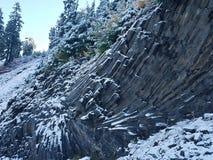 Wędkująca Bazaltowa formacja Zakrywająca w śniegu Zdjęcie Stock