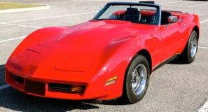 Wędkujący boczny widok 1970's modeluje czerwoną antykwarską korwetę Zdjęcie Stock