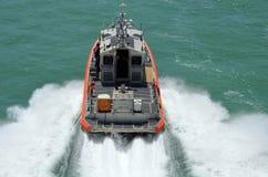 Wędkujący zasięrzutny widok mknięcie straży przybrzeżnej łódź patrolowa obrazy royalty free