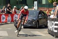 WĘDRÓWKA Drużynowy konkurent i podąża samochód przy Giro 2017, Mediolan Obraz Royalty Free