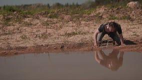 W?drowiec wzrasta od ziemi w pustyni po widzie? wod? zbiory wideo