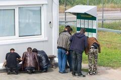 Wędrownicy wypełniają dokumenty przy granicą Zdjęcie Stock