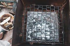 Wędzarnia grill dla gorącej dymienie ryba w domu, odgórny widok obraz royalty free