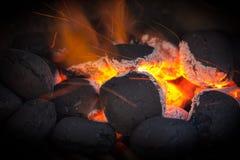 Węgiel drzewny brykietuje z pożarniczymi iskrami. Fotografia Royalty Free