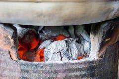 Węgiel drzewny kuchenka, piec, węgiel drzewny, upał od węgla drzewnego dla cookin Fotografia Stock
