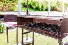 Węgiel drzewny na dużym grillu obraz stock