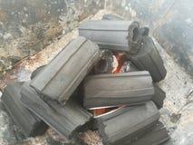 Węgiel drzewny na piasku i władza ogień Fotografia Royalty Free