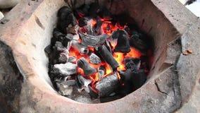 Węgiel drzewny pali w węgiel drzewny kuchence zbiory