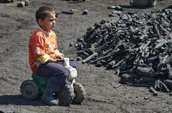 Węgiel drzewny - palnik chłopiec Fotografia Royalty Free