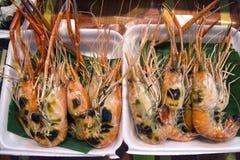 Węgiel drzewny piec na grillu rzeczne krewetki w piany pudełku: Na lokaci Tajlandia Zdjęcia Royalty Free