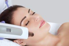 Węgiel twarzy obierania procedura w piękno salonie obrazy royalty free