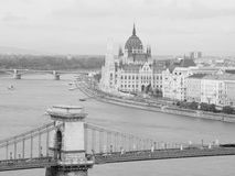 Węgierski parlamentu budynek i Łańcuszkowy most w Budapest fotografia stock