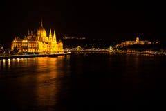 Węgierski parlamentu budynek lokalizować przy bankiem Dunabe rzeka z sławnym Łańcuszkowym mostem łączy Budę i zarazy w Budapes Obrazy Royalty Free
