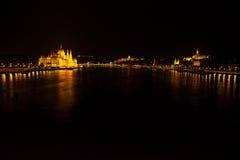 Węgierski parlamentu narodowego budynek lokalizować przy bankiem Dunabe rzeka z sławnym Łańcuszkowym mostem łączy Budę i zarazy j Zdjęcie Stock