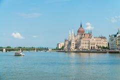 Węgierskie parlamentu i podróży łodzie żegluje Danube rzekę ja Zdjęcia Royalty Free