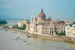 Węgierskie parlamentu i podróży łodzie żegluje Danube rzekę ja Obrazy Stock