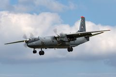 Węgierskiej siły powietrzne Legiero Antonov An-26 Madziarski wojskowy odtransportowywa samolot Fotografia Royalty Free