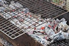 Węgla drzewnego metalu kuchenka z grill kratownicą Zdjęcie Stock