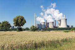 Węglowa elektrownia blisko lignit kopalni Garzweiler w Niemcy zdjęcia royalty free