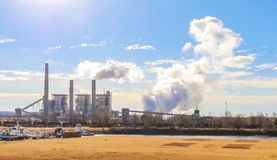 Węglowa elektrownia na zimnym ranku z kontrpary i dymu wydźwignięciem - mały marina na wpuscie zdjęcie stock