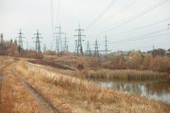 Węglowa elektrownia w pięknym terenie pełno, lustrzany odbicie energiczny słup, elektrownia z kominami, i, obraz royalty free