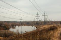 Węglowa elektrownia w pięknym terenie pełno, lustrzany odbicie energiczny słup, elektrownia z kominami, i, obrazy stock