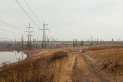 Węglowa elektrownia w pięknym terenie pełno, lustrzany odbicie energiczny słup, elektrownia z kominami, i, obraz stock