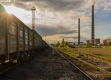 Węglowa elektrownia z chmurnym zmierzchu nieba pociągiem zdjęcia royalty free