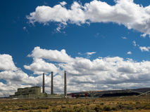 Węglowa elektrownia z Węglowymi zapasami obrazy royalty free