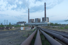 Węglowa elektrownia z wysokim kominu przemysłu krajobrazem Obraz Royalty Free