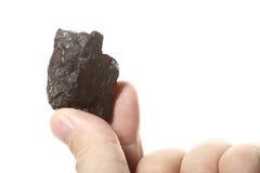 Węglowa gomółka węgla bryłka w męskiej ręce odizolowywającej Fotografia Stock