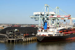 węglowy ładowanie statek Obrazy Royalty Free