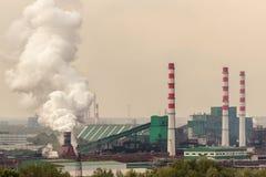 Węglowy zakład przetwórczy działa dalej brzeg rzekiego Dym od zdjęcia royalty free