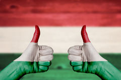 Węgry flaga malująca na kobiecie wręcza aprobaty Obrazy Stock
