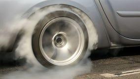 Włóczydło bieżny samochód pali gumę z swój opon zdjęcie wideo