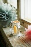 Właściciel biała świeczka z orientałów ornamentami wiruje, palenie obraz stock