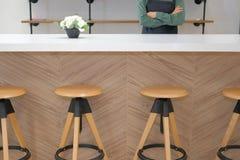 właściciel biznesu jest ubranym fartuch pozycję przy cukiernianym sklep z kawą restau zdjęcie royalty free