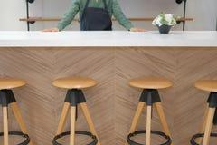 właściciel biznesu jest ubranym fartuch pozycję przy cukiernianym sklep z kawą restau obrazy royalty free