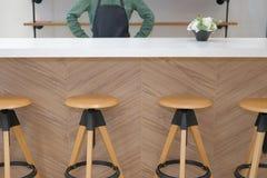 właściciel biznesu jest ubranym fartuch pozycję przy cukiernianym sklep z kawą restau zdjęcia royalty free