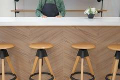 właściciel biznesu jest ubranym fartuch pozycję przy cukiernianym sklep z kawą restau zdjęcia stock
