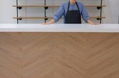 właściciel biznesu jest ubranym fartuch pozycję przy cukiernianym sklep z kawą restau zdjęcie stock