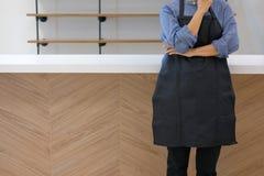 właściciel biznesu jest ubranym fartuch pozycję przy cukiernianym sklep z kawą restau obraz royalty free