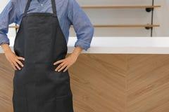 właściciel biznesu jest ubranym fartuch pozycję przy cukiernianym sklep z kawą restau obrazy stock