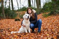 Właściciel dziewczyna i jej golden retriever ściska outdoors fotografia royalty free