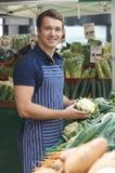 Właściciel Targowy warzywo kram Obrazy Stock